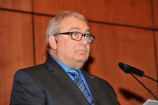(Photo: Denis Bernier) Guy Vanasse, professeur, directeur général du Centre Pierre-Péladeau et maître de cérémonie.