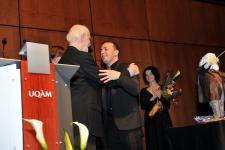 (Photo: Denis Bernier) Le chef Yannick Nézet-Séguin remercie l'artiste Claude Lafortune. En arrière-plan, la violoniste Yukari Cousineau.